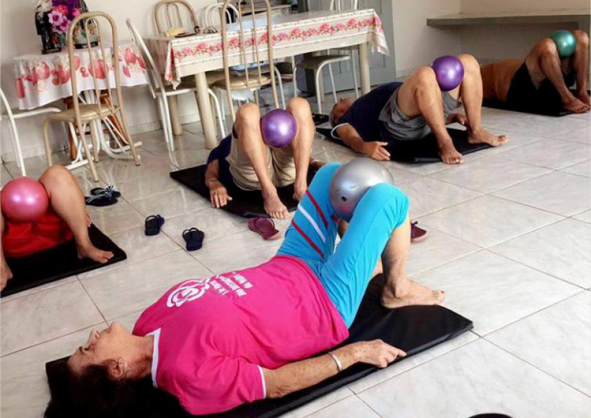 Idosos da Vila dos Vicentinos recebem fisioterapia