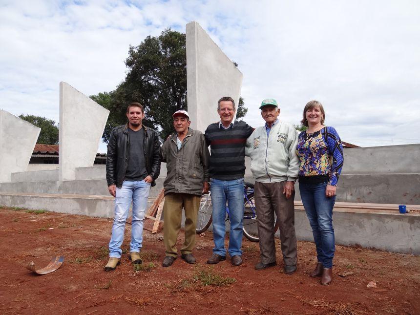 Prefeito acompanha construção de quadra na Escola Emílio de Menezes