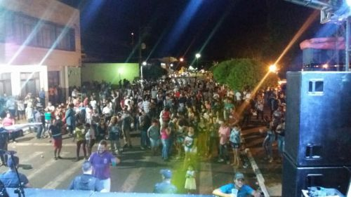 Show na praça reuni centenas de pessoas