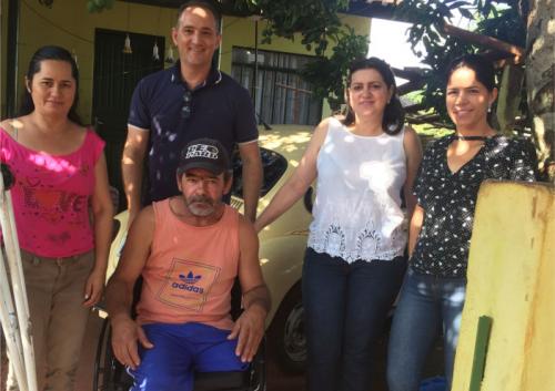 Três famílias são contempladas com cadeiras de rodas
