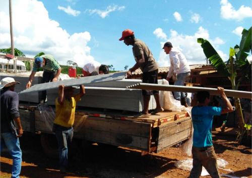 Prefeitura e Defesa Civil realizam entregam telhas as famílias atingidas
