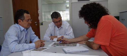 O prefeito Claudinei Minchio, acompanhado pelo arq