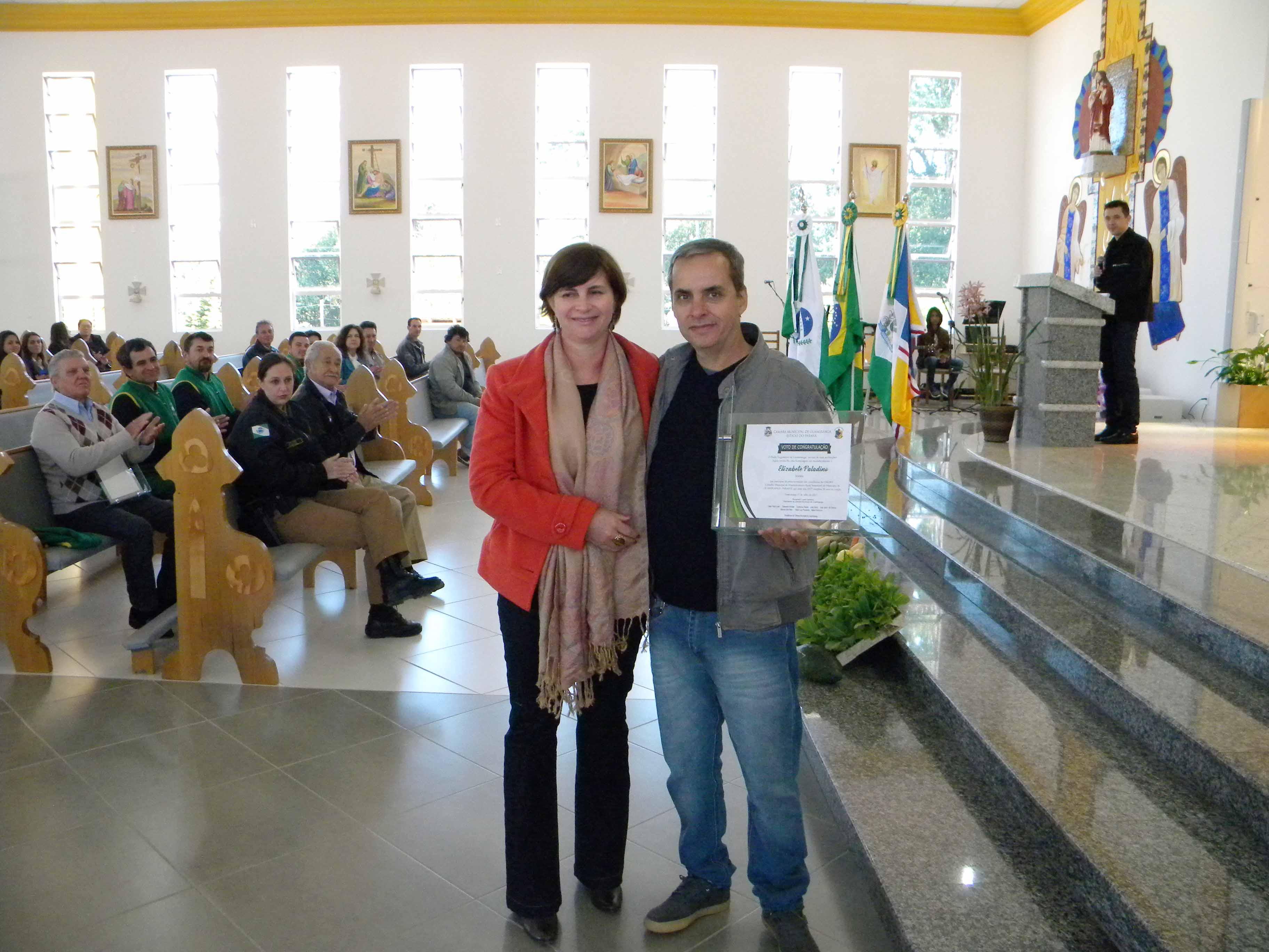 ELIZABETE PALADINO (Secretária) recebeu a homenagem através do sr. ORESTES RAMON PALADINO