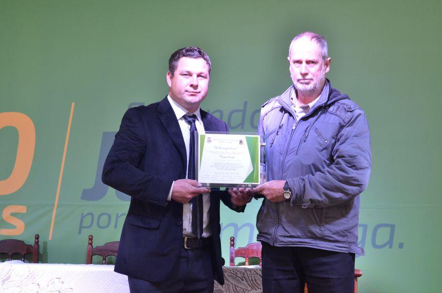 ENTREGA DE VOTO DE CONGRATULAÇÃO AO REPRESENTANTE DA ASSOCIAÇÃO DE PEQUENOS AGRICULTORES DE MANDURI.