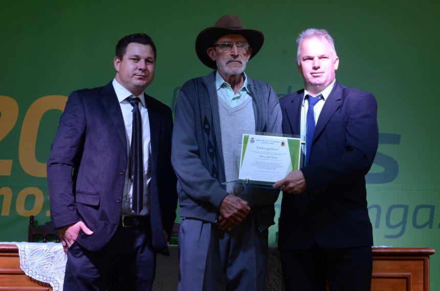 ENTREGA DE VOTO DE CONGRATULAÇÃO AO REPRESENTANTE DA ASSOCIAÇÃO DE PEQUENOS AGRICULTORES DE RIO BONITO.