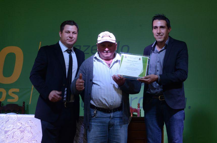 ENTREGA DE VOTO DE CONGRATULAÇÃO AO REPRESENTANTE DA ASSOCIAÇÃO DE PEQUENOS AGRICULTORES DE NOVA BOA VISTA.