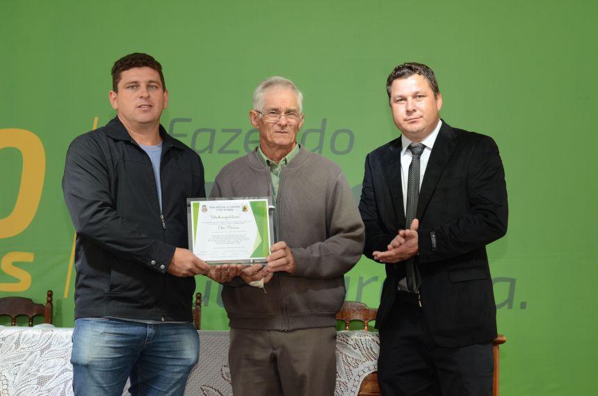 ENTREGA DE VOTO DE CONGRATULAÇÃO AO REPRESENTANTE DA ASSOCIAÇÃO DE PEQUENOS AGRICULTORES DE BARREIRO.