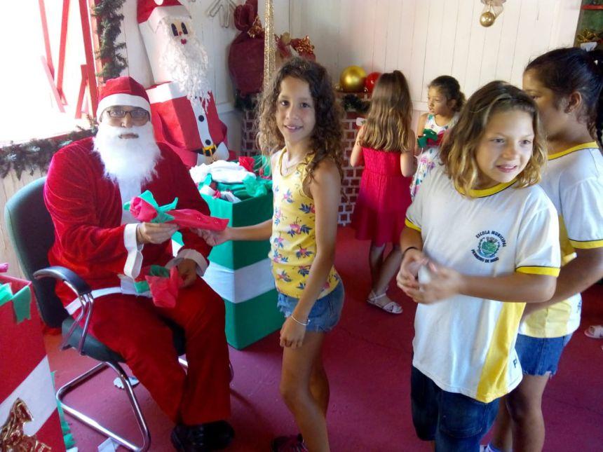 O Papai Noel já chegou para as crianças da rede municipal de educação. E veio distribuir presentes.