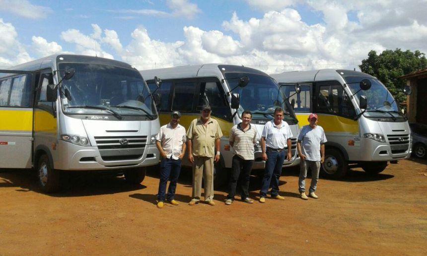 Aquisição de três ônibus escolares com recursos próprios