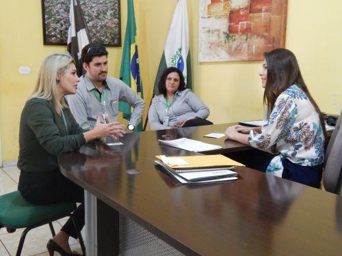 Prefeita recebe gerentes da Sicredi em seu gabinete