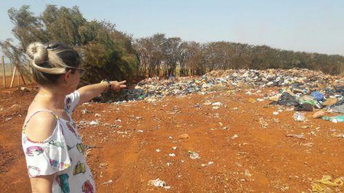 A secret�ria Jane Piscinini Molina vistoria das condi��es do lix�o municipal