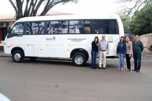 Entrega do ônibus da APAE