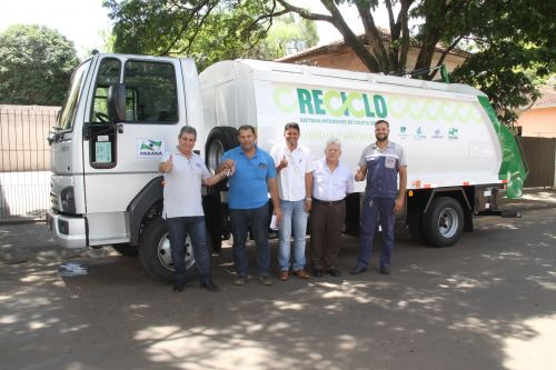 Entrega de caminhão para o serviço de Coleta Seletiva de Lixo