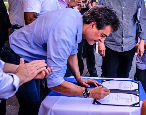 Governador Beto Richa assinando a Ordem de Serviço