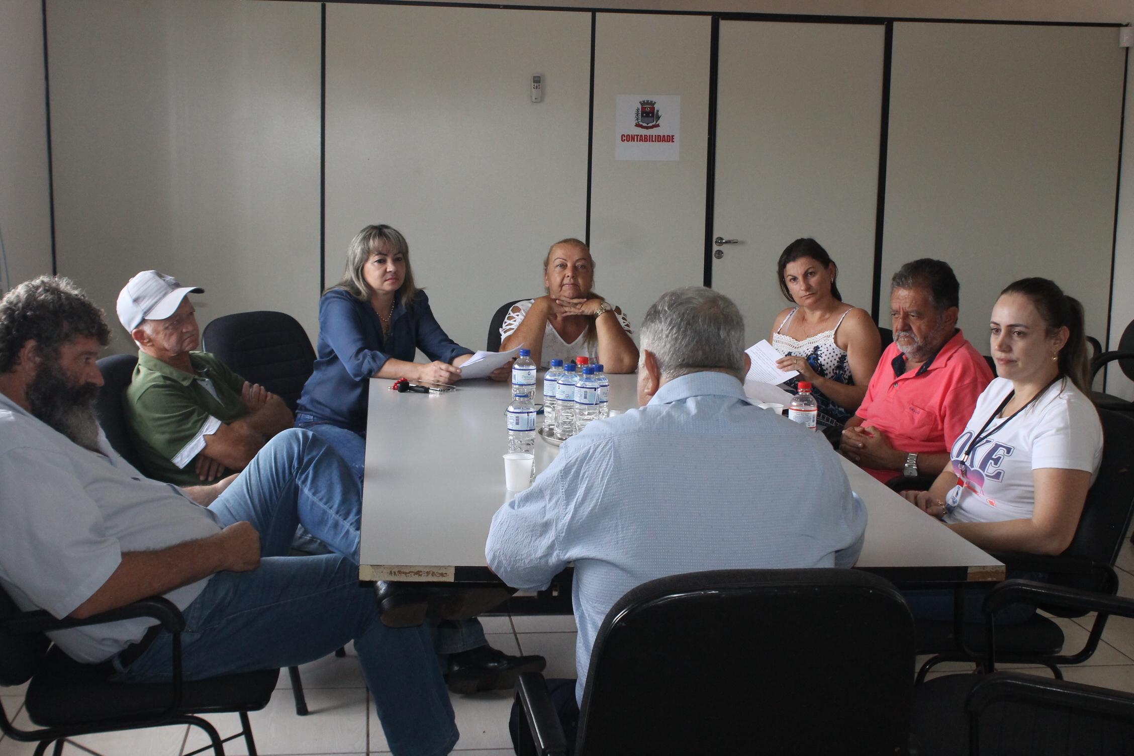 Os vereadores estão reunidos em reunião extraordinária para deliberar sobre dois projetos de Leis.
