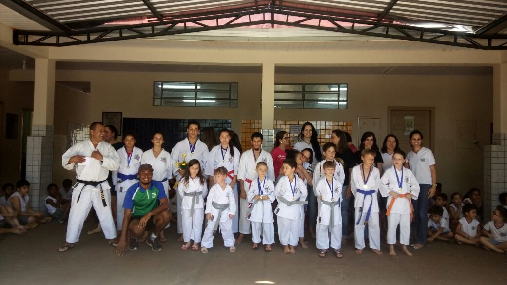 Karatecas participam de competição em Rolândia