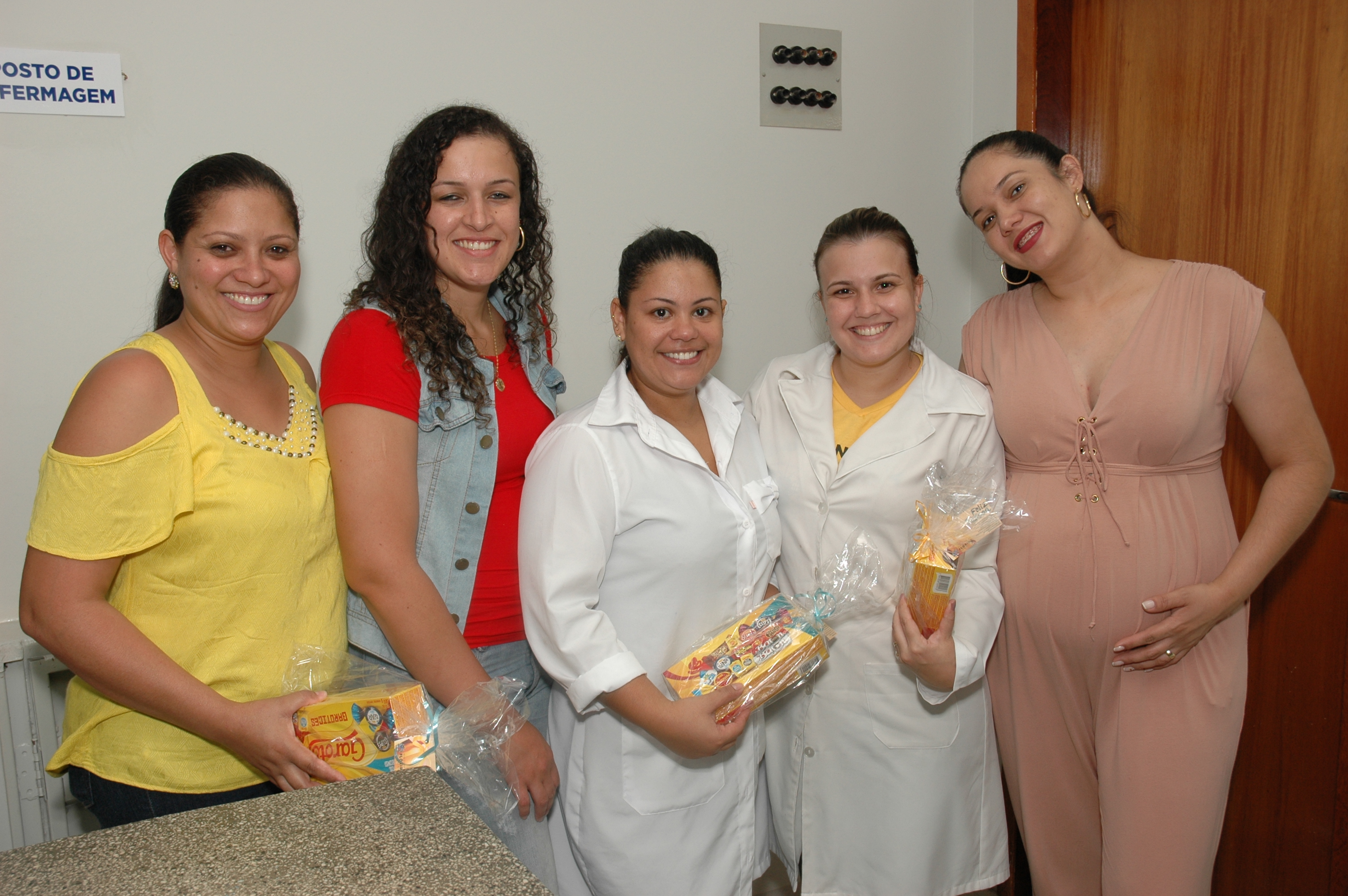 Prefeitura entrega de ovos de chocolate e caixas de bombom
