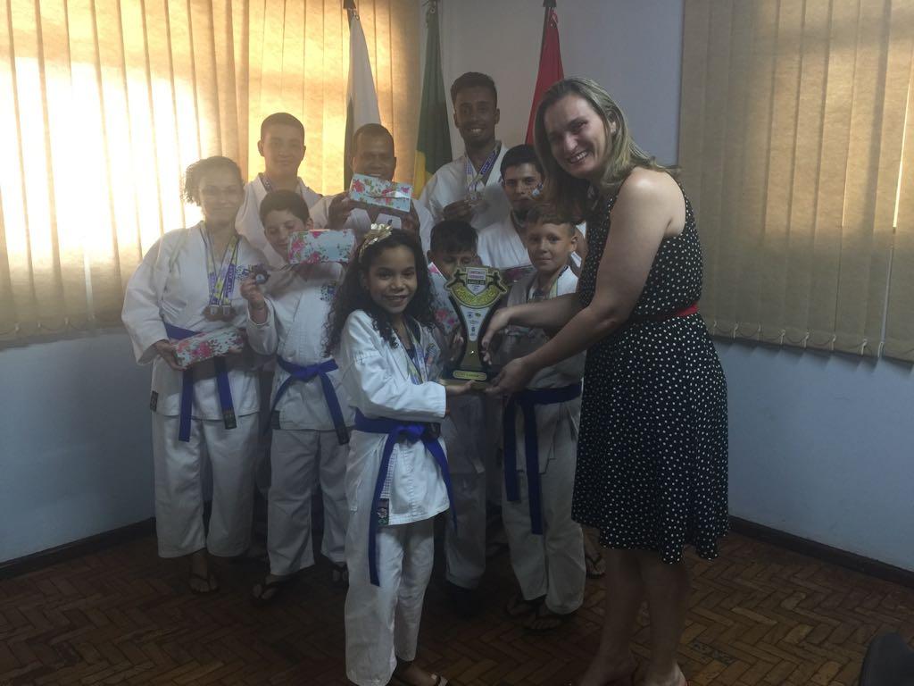 Prefeita Marcia recebe visita de karatecas medalhistas