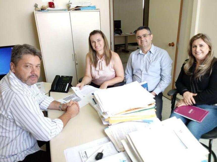 Prefeita recebe documento de viabilização de recursos financeiros para aquisição de um Caminhão para a coleta de materiais recicláveis