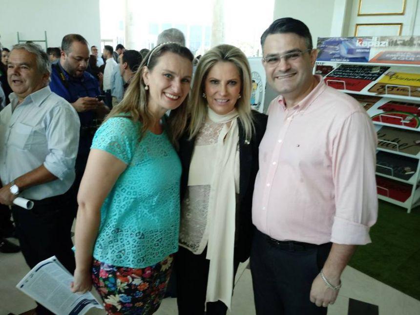 Prefeita assina convênios em Curitiba para reforma do Ginásio de Esportes e aquisição de um veículo para Assistência Social