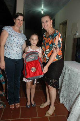 Alunos da Escola Duque de Caxias recebem uniformes e kits escolares