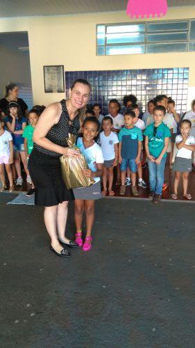 Alunos da Escola Duque de Caxias recebem materiais escolares