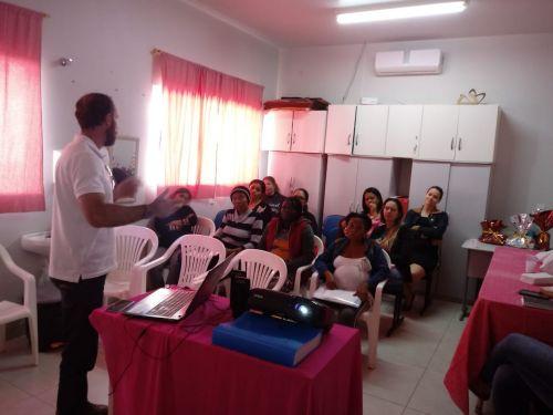 Gestantes participam de palestra com nutricionista