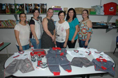 Alunos do CMEI recebem uniformes e kits escolares