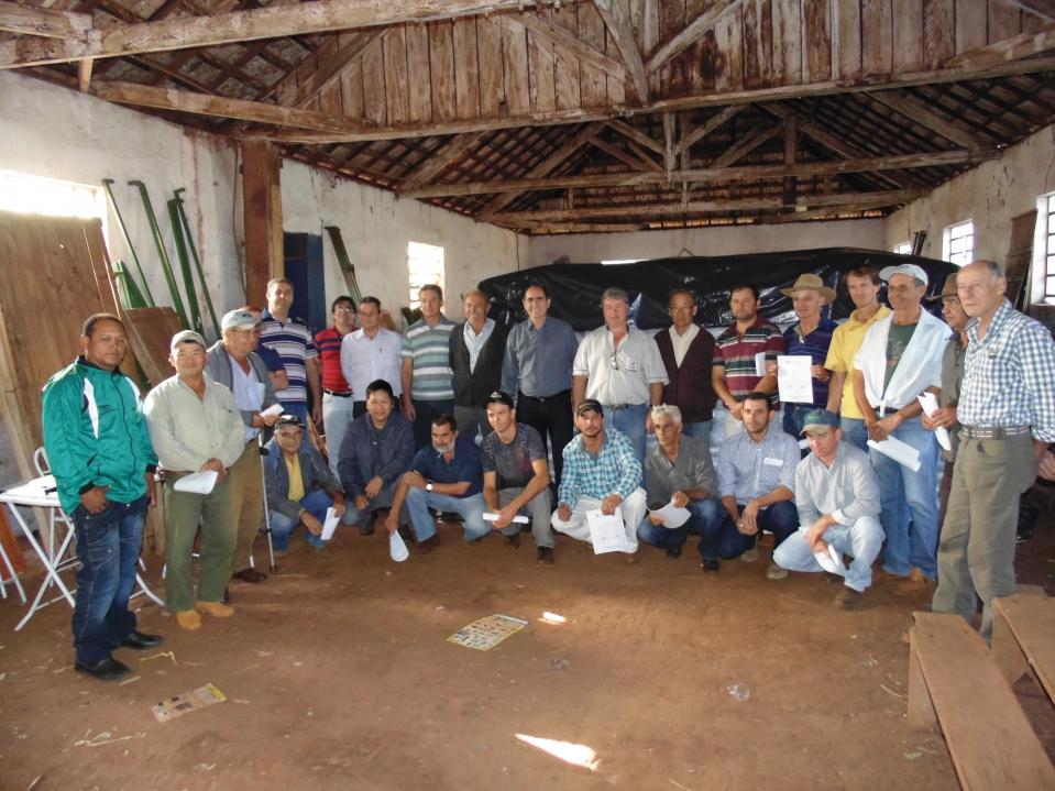 Agricultores posam para foto junto com representantes do poder público e entidades de desenvolvimento agrícola.
