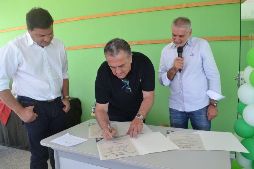 Durante a solenidade também foi realizada a assinatura de três convênios, que juntos somam mais de R$ 1,5 milhão em recursos para o município de Imbituva.