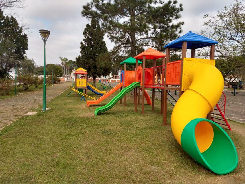 A Prefeitura de Imbituva instala novos parquinhos infantis em praças da cidade.