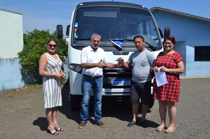 Prefeitura cede micro-ônibus adaptado à APAE