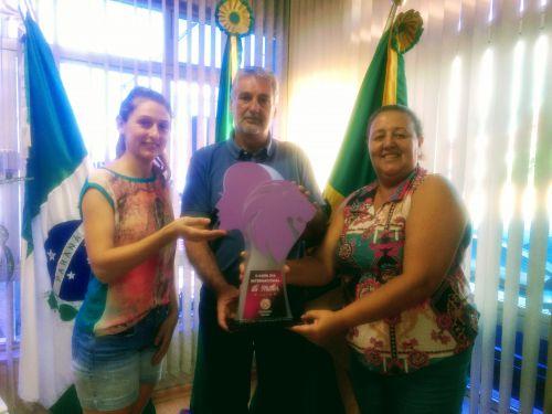Voleibol feminino conquista troféu em competição.