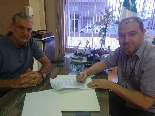 Bertoldo Rover assina contrato que garante economia de 50% nas contas de água e esgoto dos prédios públicos do município