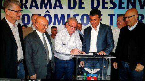 Governo do Paraná entrega máquinas a consórcios e Carlópolis será beneficiado