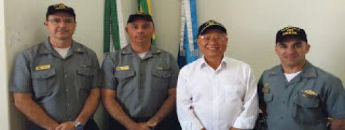 Prefeito de Carlópolis com oficiais da Marinha do Brasil