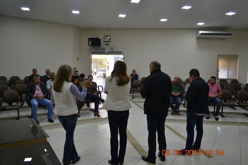 Reunião com membros do conselho municipal do trabalho.