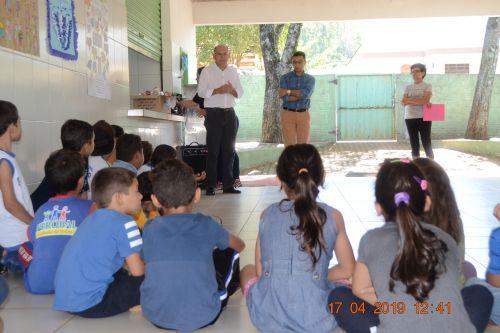 Prefeito Municipal e Secretario de Educação entregam Ovos de Pascoa nos Cemeis de Perobal e distrito do Cedro