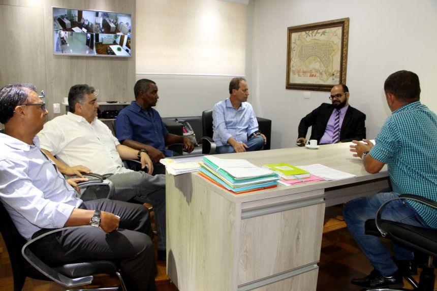 Prefeito interino de Ivaiporã recebe delegado e escrivão da Polícia Civil
