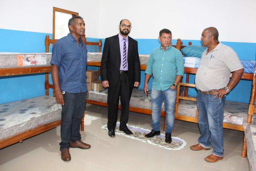 João Prado, Aldair Oliveira e Ilson Gagliano conhecem uma das celas mostrada pelo presidente da Apac