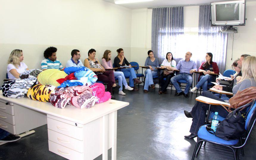 Miguel Amaral, Gertrudes Bernardy, presidente do CMDCA, Jair Burato, e demais membros reunidos, após aquisição das mantas que serão doadas