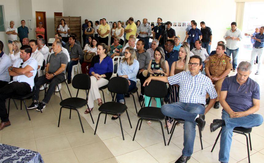 Convidados participam da inauguração