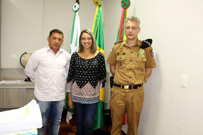 Ilson Gagliano, Rosana Pagé (diretora de Indústria e Comércio) e capitão Boing incentivam população a colaborar