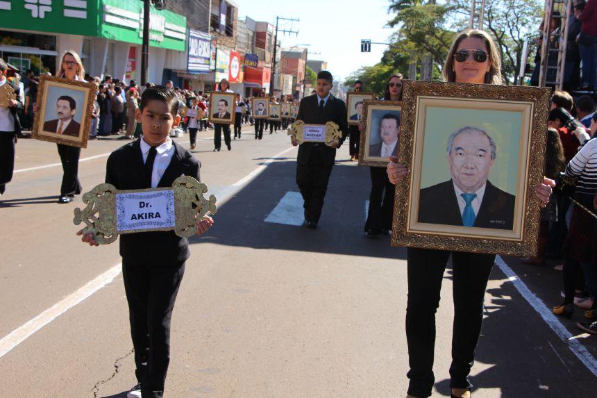 População de Ivaiporã sai às ruas e aplaude Desfile Cívico de 7 de Setembro
