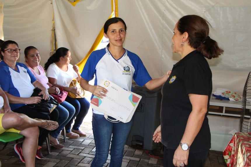 Rosalva Almeida entrega cerificado e apostila a servidora municipal
