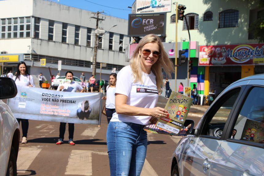 Gertrudes Bernardy entrega revista sobre drogas a motoristas
