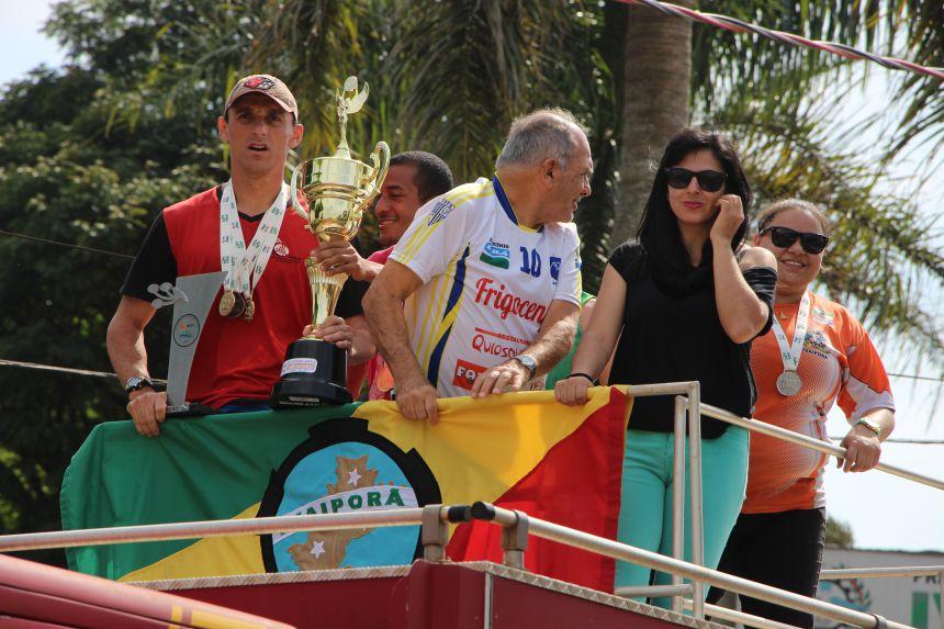 Prefeito de Ivaiporã recebe campões gerais do 30º Javis e desfila pela cidade para comemorar