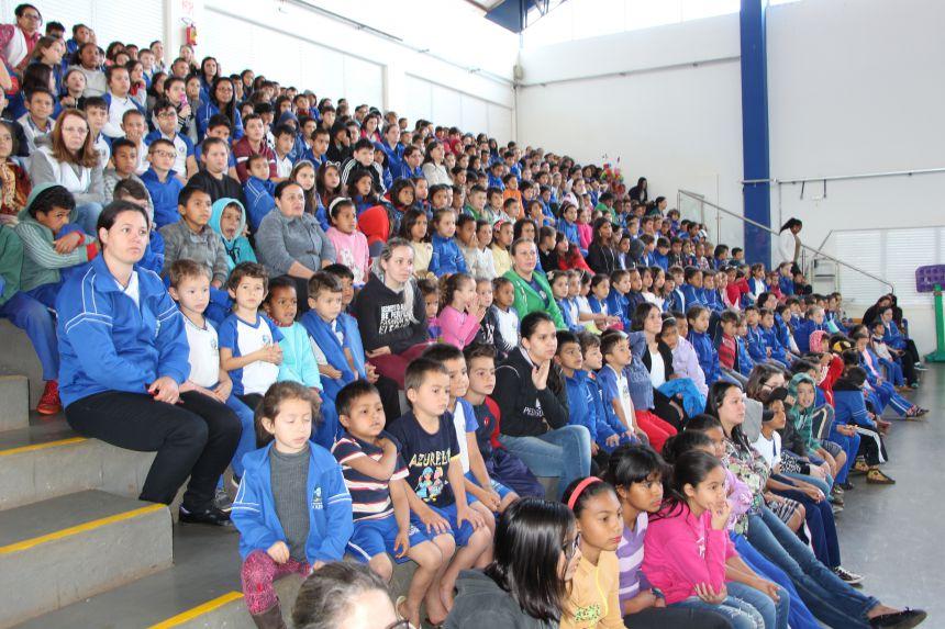Centenas de crianças assistem apresentação do projeto ?Leitura: viajando pelo saber?