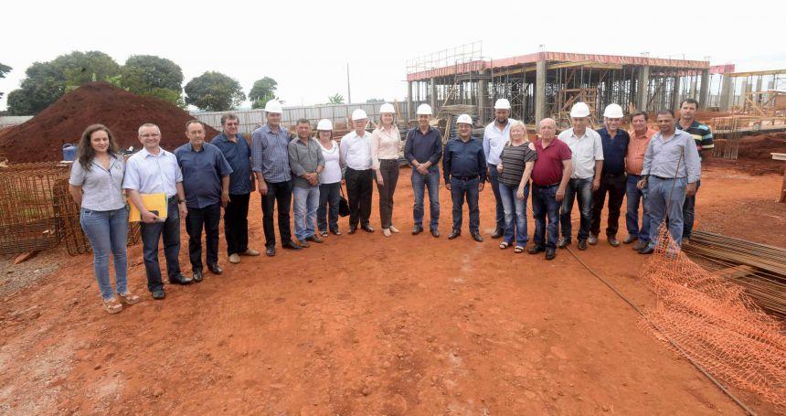 Miguel Amaral mostra avanço da obra do Hospital Regional ao secretário de Estado da Saúde