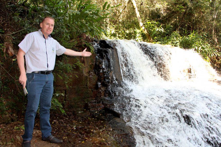 Marcus Wielewski confere uma das cachoeiras por onde os caminhantes passarão